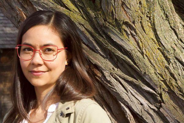 Corinna Chong教授的英语和美术教授在自然界中休息。
